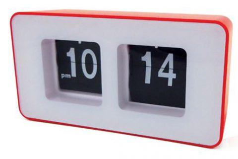 Funkcjonalny zegar klapkowy z budzikiem